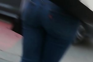 Quick creepshot of ebony bubble butt in tight jeans