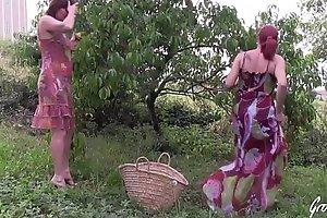 Julie et Leeloo bais�_es dans un champ apr�_s coldness cueillette